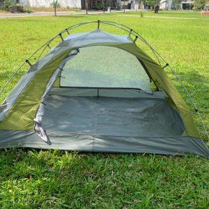 Mặt chính diện của lều, với cửa lưới 2 bên và 2 cửa trước sau